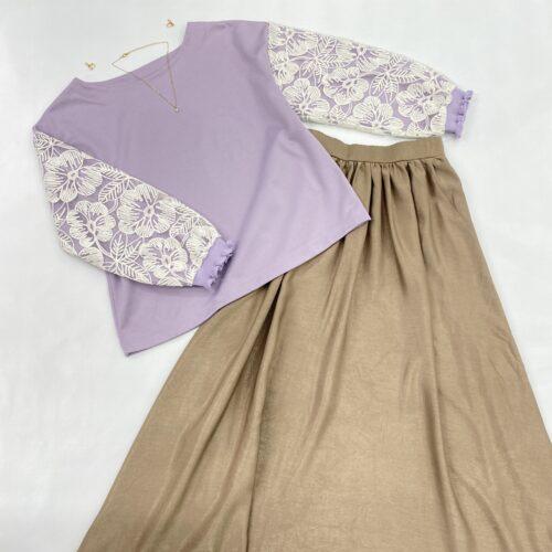 薄紫地袖白レーストップスとベージュギャザ入りスカートのスタイリング