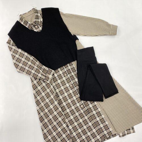 ベージュチェックシャツワンピースと黒ニットベストのスタイリング