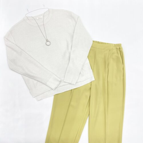 白地ラメ入りプルオーバーと黄色テーパードパンツのスタイリング
