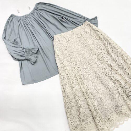 水色ギャザーブラウスとベージュレーススカートのコーディネート