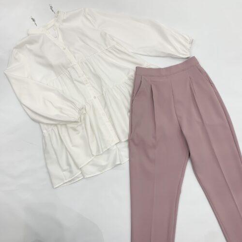 白色Vカットフロントボタンブラウスとピンクセンタープレスパンツのコーディネート