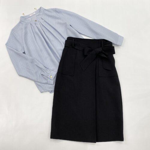 水色地白柄ブラウスと黒色ウエストリボンスカートのコーディネート