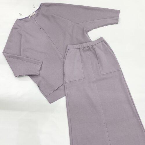 薄紫色リブプルオーバーと薄紫色リブスカートのコーディネート