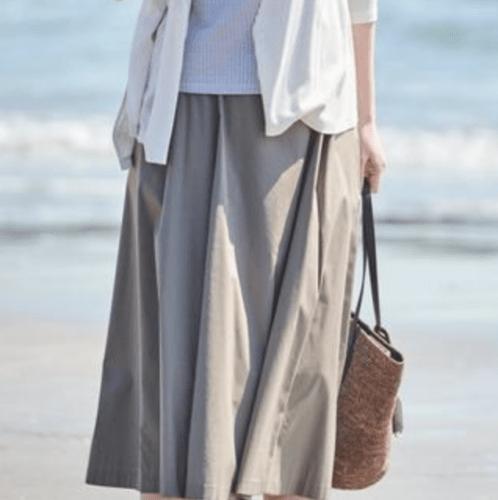シルキーナイロン素材のスカート