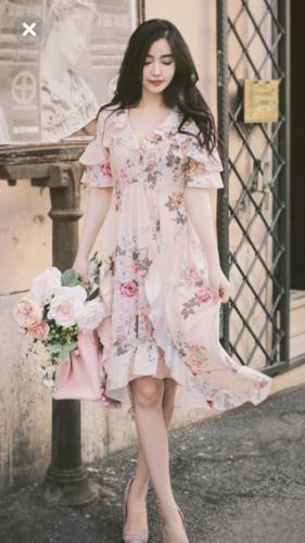 花柄のワンピースを着た女性