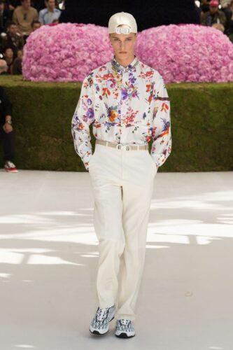 花柄のシャツを着た男性